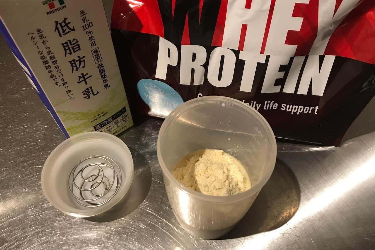 僕は低脂肪牛乳で飲む派。 今回は150mlの低脂肪牛乳にプロテイン30gを溶かしてみます。